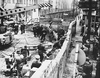 build-berlin-wall-1961