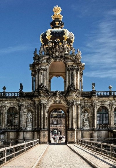 zwinger-crown-gate